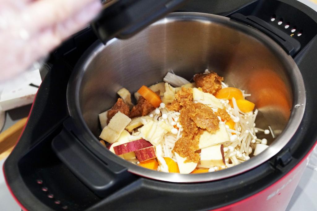 ホットクックで味噌汁を作る:食材投入
