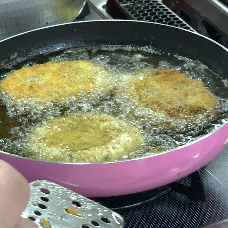 キャベツメンチカツを揚げる