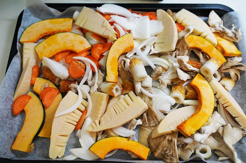 角皿にキッチンシートを敷いて食材を広げる