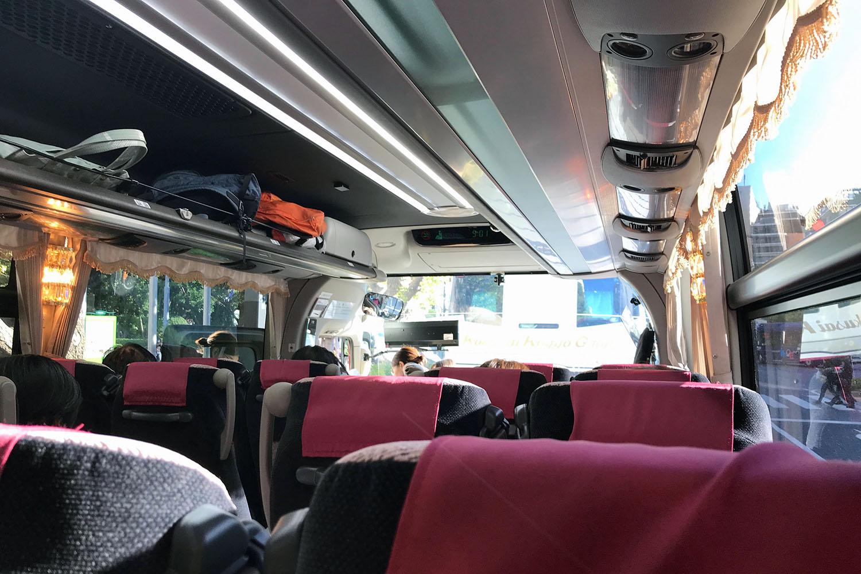 トラベックスツアーズのバス:間違った席に座って撮影