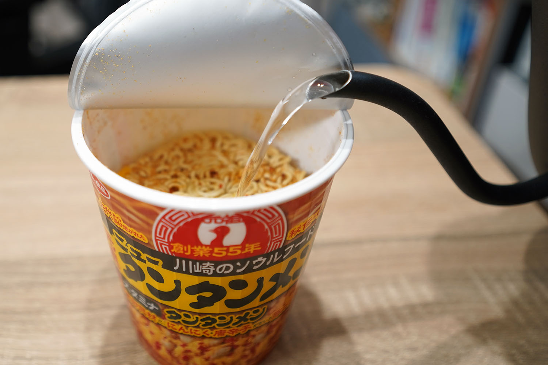 【元祖ニュータンタンメン本舗監修 タンタンメン】カップラーメン:お湯を注ぎます
