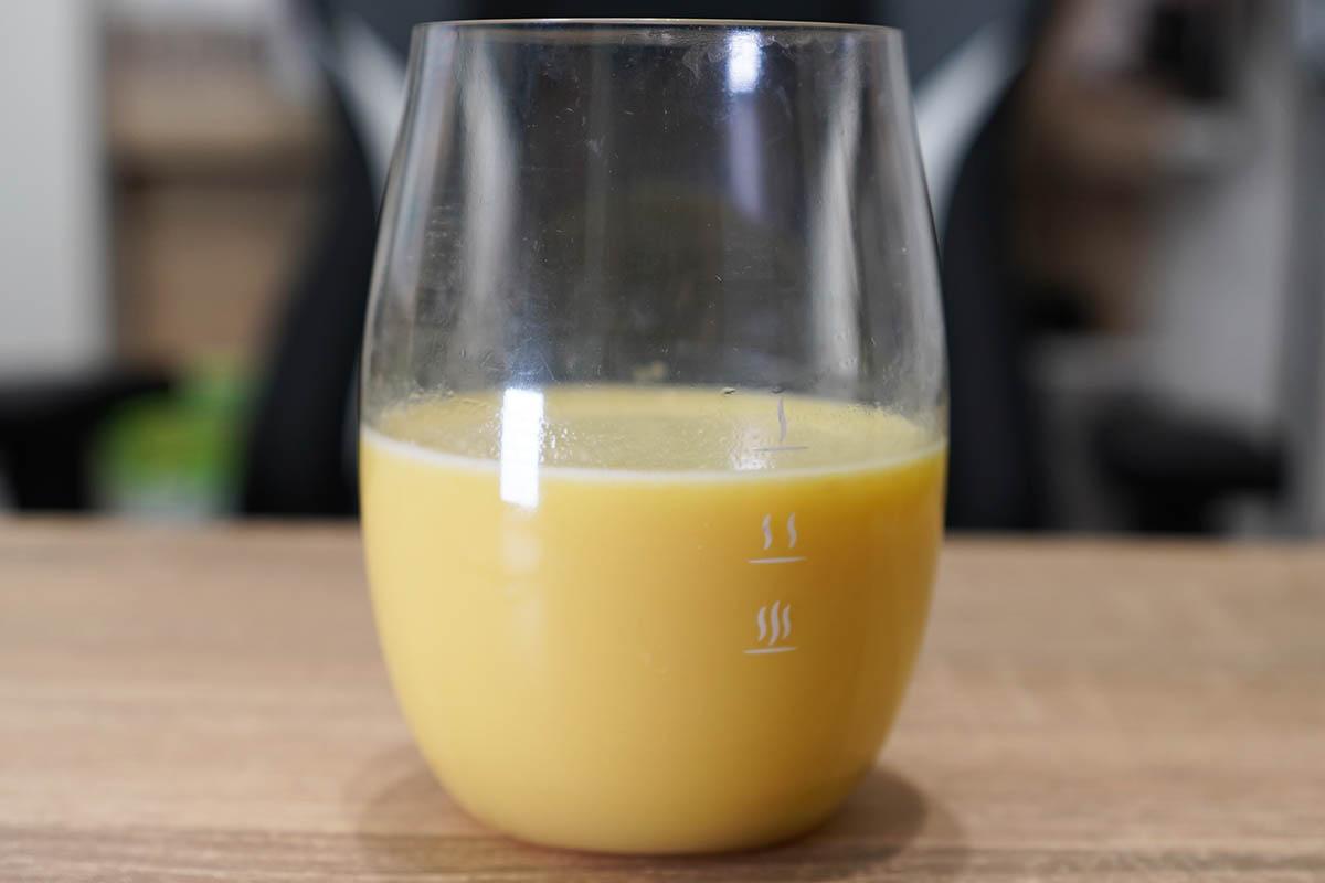 マイプロテインのImpactホエイプロテイン:バナナステビア味 シェイク後にグラスに移して飲みます