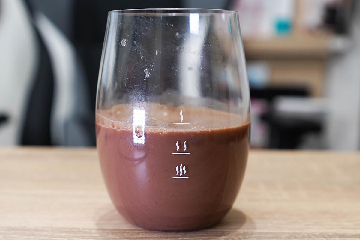 マイプロテインのImpactホエイプロテイン:チョコレートブラウニー味 シェイク後にグラスに移して飲みます