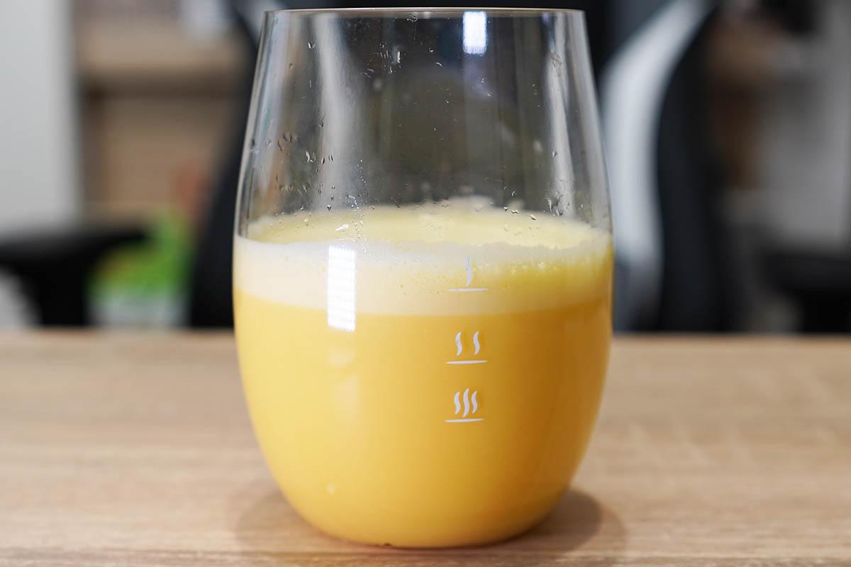 マイプロテインのImpactホエイプロテイン:マンゴー味 シェイク後にグラスに移して飲みます