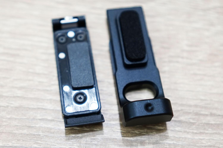 本体付属の端子カバー(左)とulanzi G8-5 Vlog Cageの端子カバー(右)