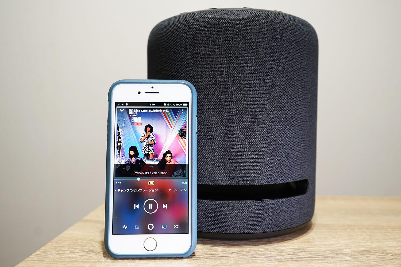 Amazon Echo Studio:3Dミュージックを再生しているスマホと本体写真