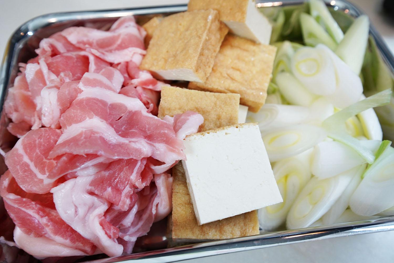豚肉と厚揚げのコチュジャンマヨ炒め:食材をざくざくカットします!
