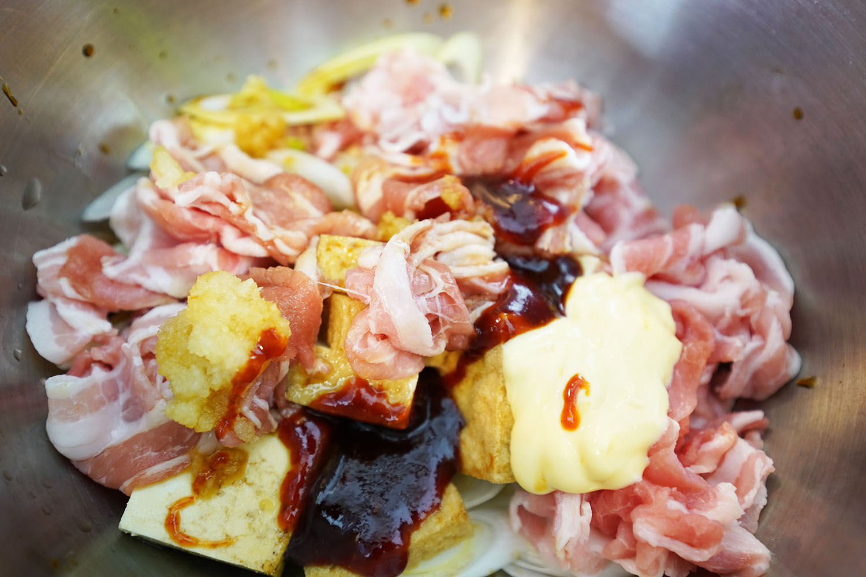 豚肉と厚揚げのコチュジャンマヨ炒め:食材と調味料をすべて投入します