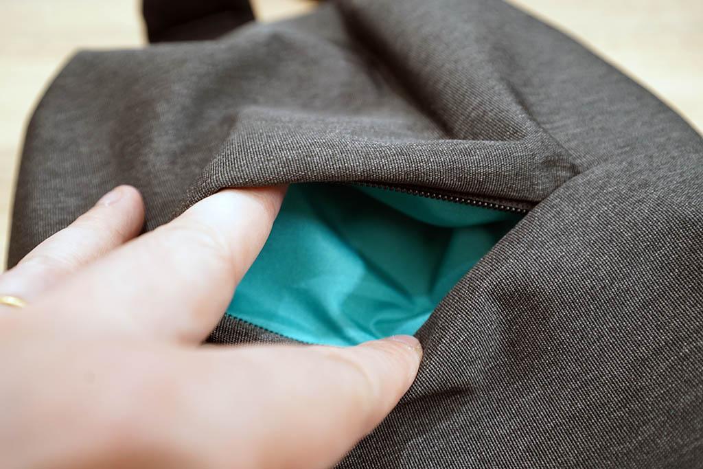Xiaomiボディバッグ:外側ポケットをくぱぁしたところ
