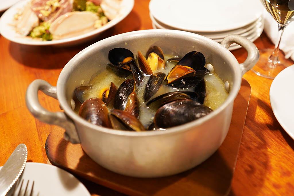 ビストロ・ヒュッテ:ムール貝の白ワイン蒸し