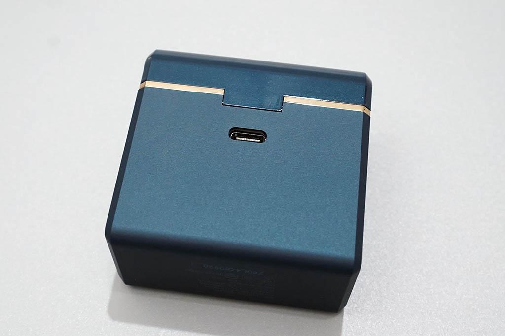 TE-D01d mk2:充電ケース背面にあるUSB Type-Cコネクタ