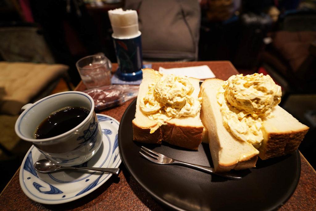喫茶アメリカン店内:たまごサラダサンドとブレンドコーヒー