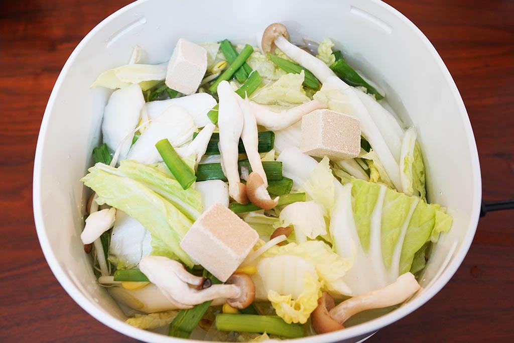 野菜と水と鍋キューブを投入