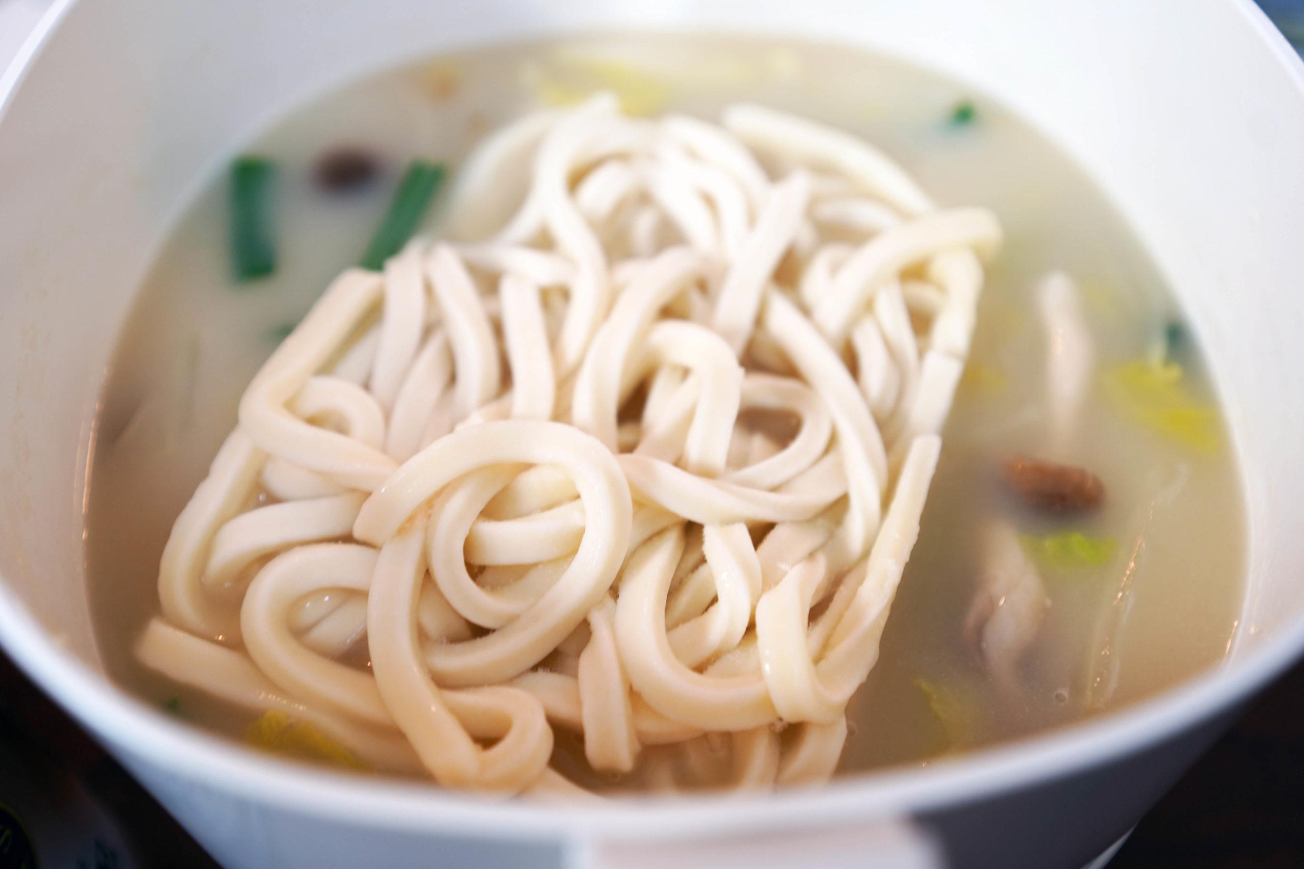 餃子鍋のシメに冷凍うどんを投入