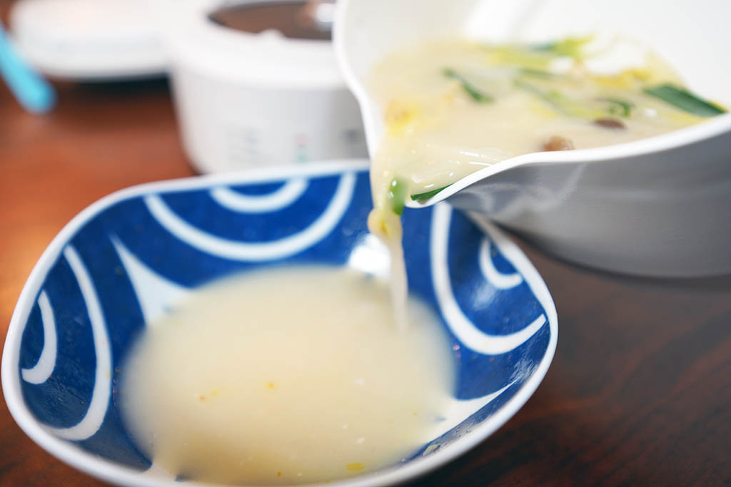 ふたに注ぎ口があってスープが注ぎやすい