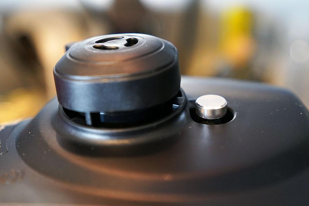 パナソニック電気調理鍋 SR-MP300:圧力重しと圧力表示ピン