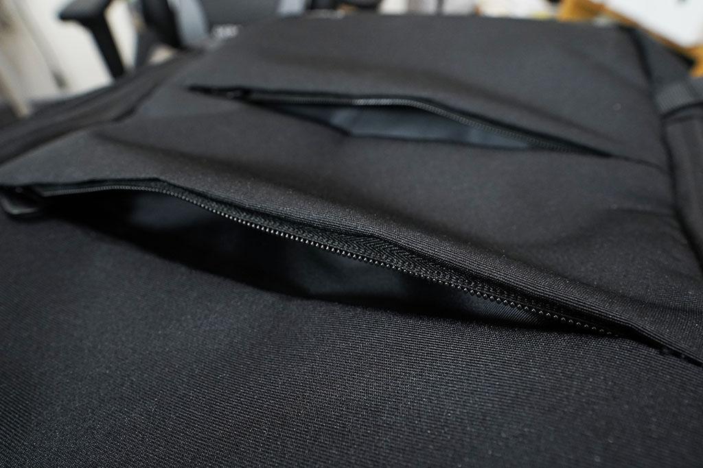 Evoonマルチビジネスリュック:フロントパネルのポケットを開いてみた