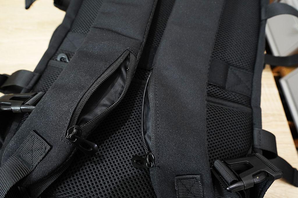 Evoonマルチビジネスリュック:リュックの左右のベルトとベルトポケット