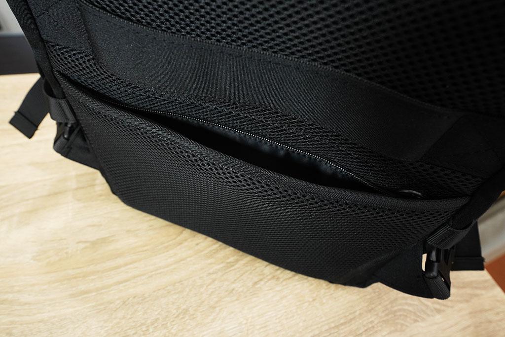 Evoonマルチビジネスリュック:背面下部にあるセキュリティポケット