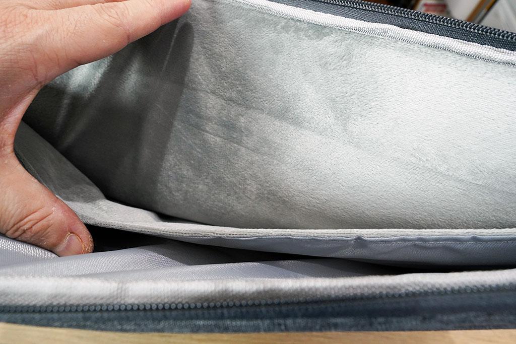 EvoonノートPCケース:内部はふわふわ生地。一度に2台まで収納可能