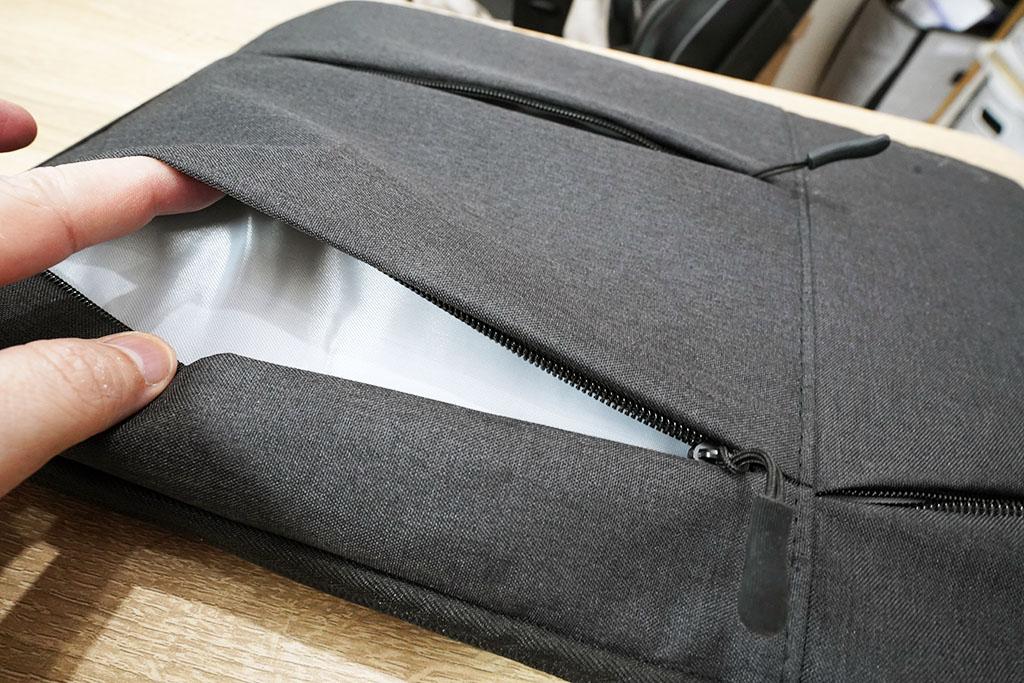 EvoonノートPCケース:外側3つのポケットの1つを開いてみた