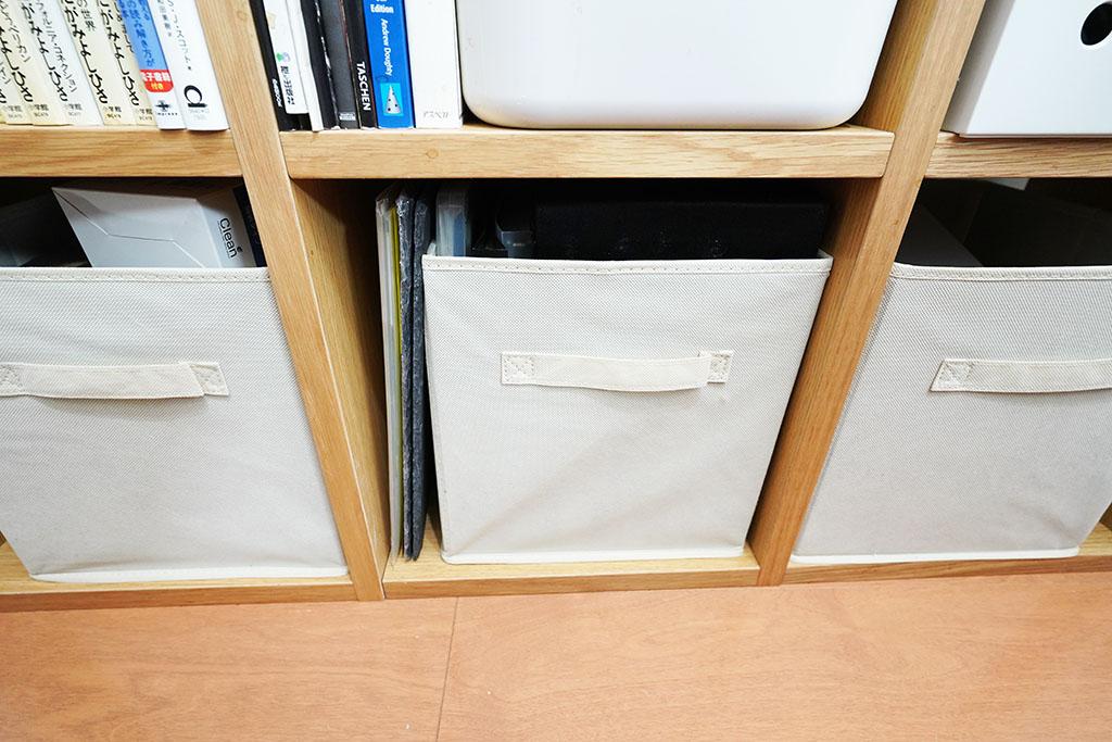 Amazonベーシック:折りたたみ式収納ボックスを棚に収めて使用しています