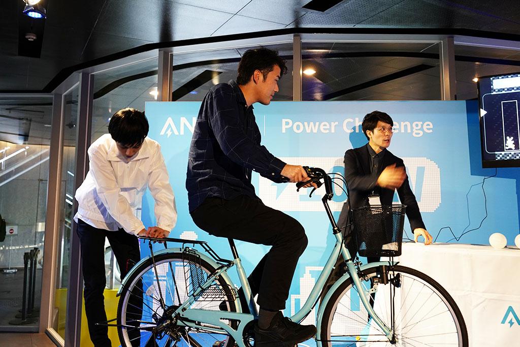 Anker Gadget NightからGIZMODE網藤さんが自転車を瀑こぎしているところ