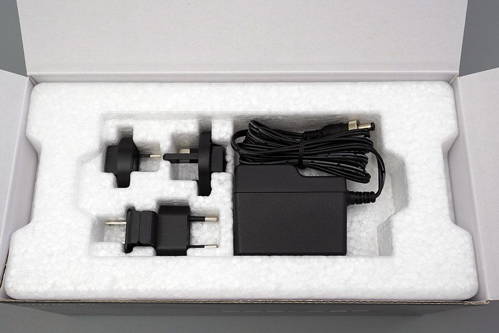 ATEM Mini Pro:ACアダプタと各国版コネクタ