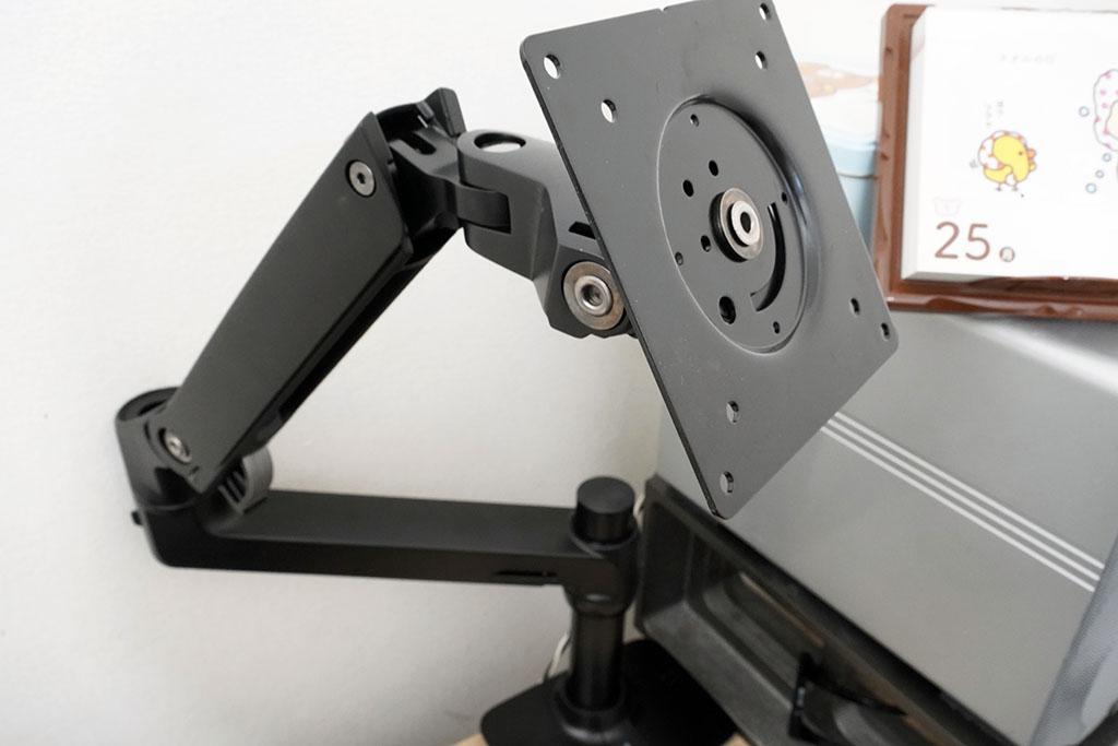 Amazonベーシック:モニターアーム シングル ディスプレイタイプ設置中1