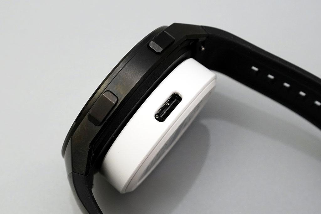 HUAWEI Watch GT 2e:磁石で設置が用意な充電パッド