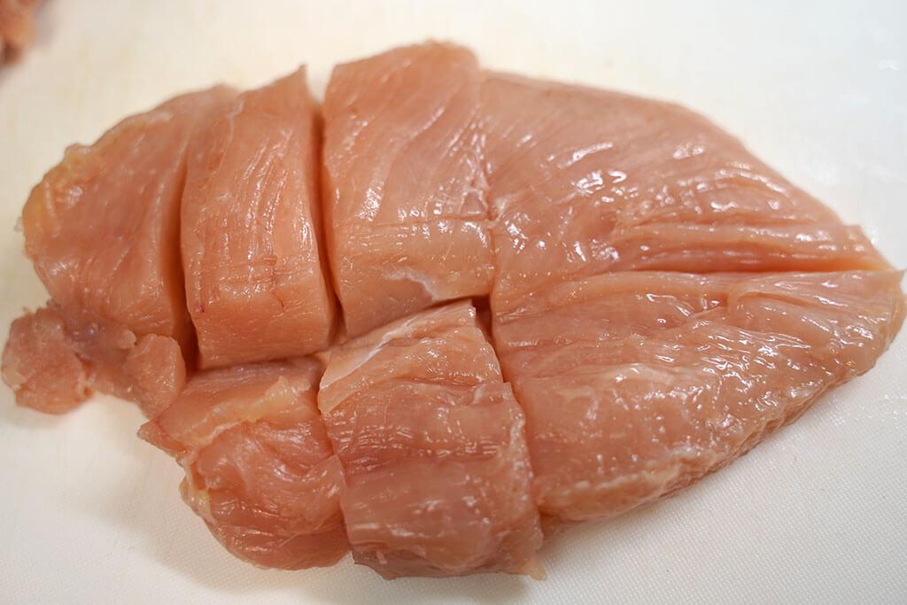 鶏むね肉は8つにカットしてセットします