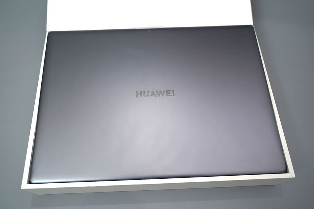 HUAWEI Matebook X Pro:パッケージを開けたところ