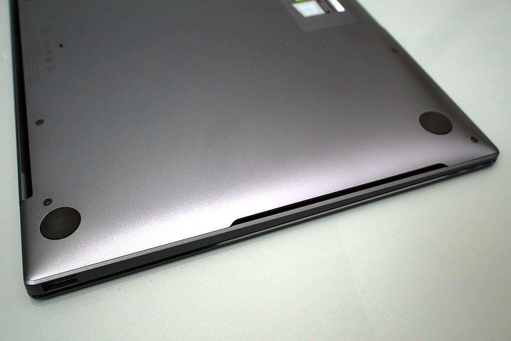 HUAWEI Matebook X Pro:本体底面にも、スピーカーの音を下の板面に響かせる方式