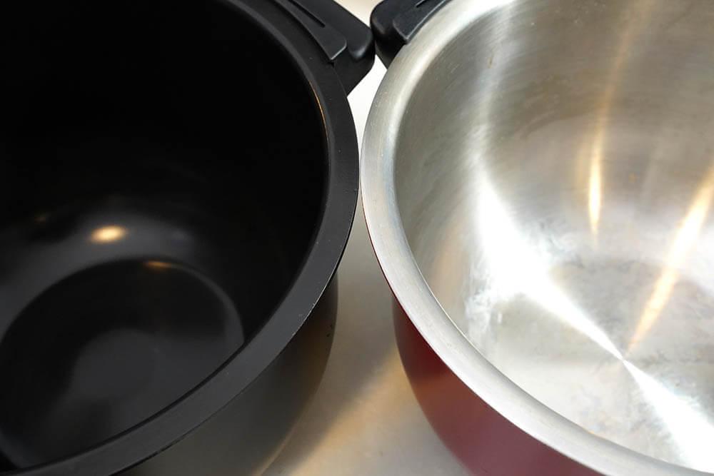 ホットクック フッ素コート内鍋(左)と従来のステンレス製内鍋(右)