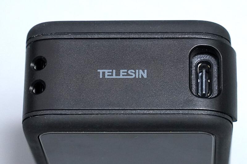 TELESINの充電可能バッテリカバーを装着