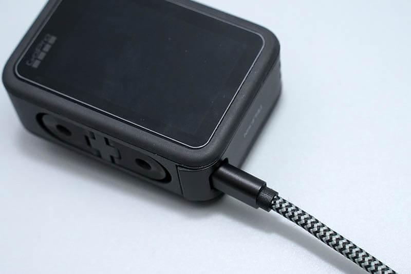 TELESINの充電可能バッテリカバーならカバーをしたまま充電が可能